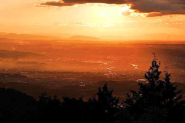二上山雌岳の下の広場から夕陽に染まる眺め