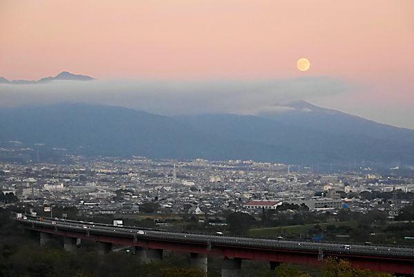 道の駅「富士川楽座」4階展望ラウンジより月の出