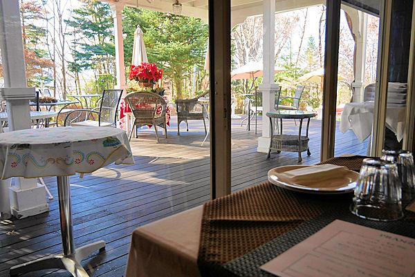 イタリアンレストラン「バルコ デル チェロ」のテラス側の席