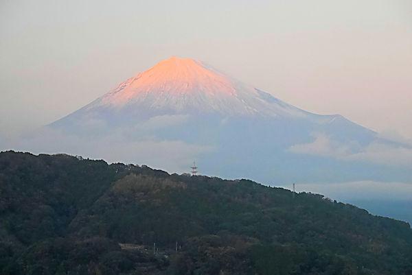 道の駅「富士川楽座」4階展望ラウンジより夕日に染まる富士山