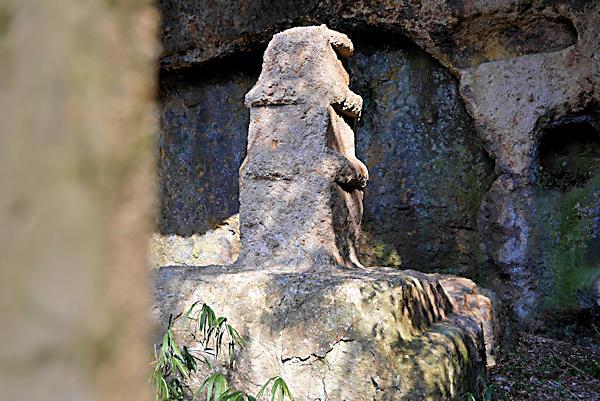 20190224二上山 (4)岩屋の石塔